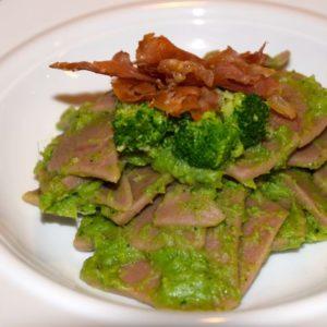 Maltagliati di castagne con broccoli e crudo croccante